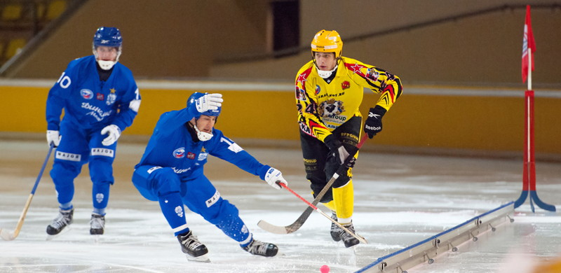 bandy player falls