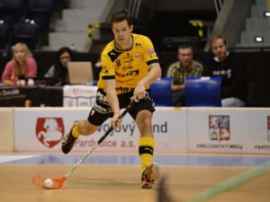 floorball player preparing to shoot